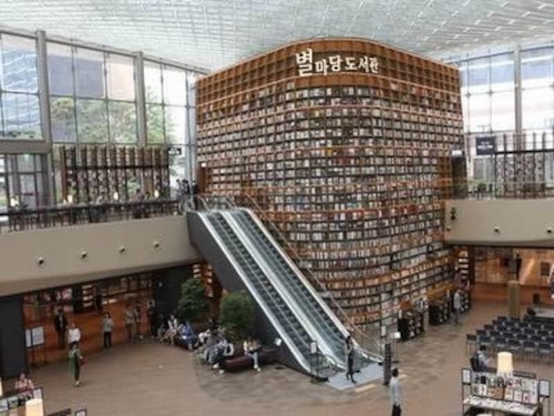 本棚もアートな、おしゃれでオープンな図書館。雑誌が充実してるのもいい!