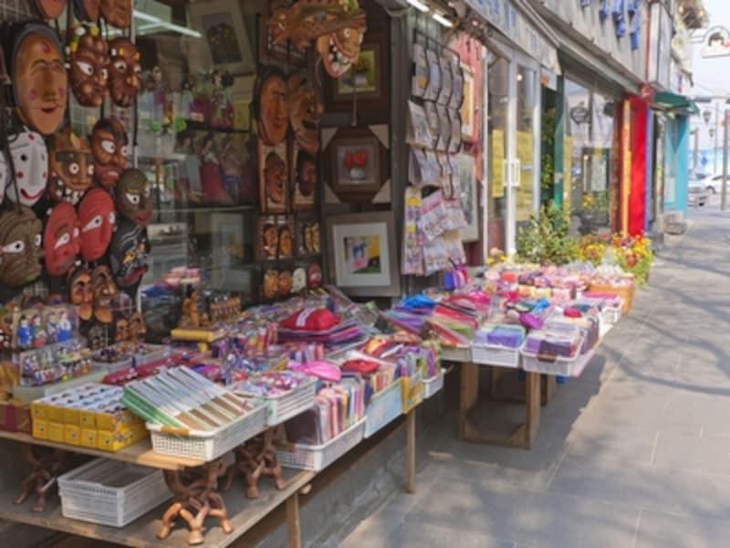 韓国伝統茶やお菓子が食べられる伝統茶屋が多いのもこのエリアの特徴。韓国らしいお土産を売る店が、通りの両側に何件も並んでいるので、いろいろ品定めしてみてください!