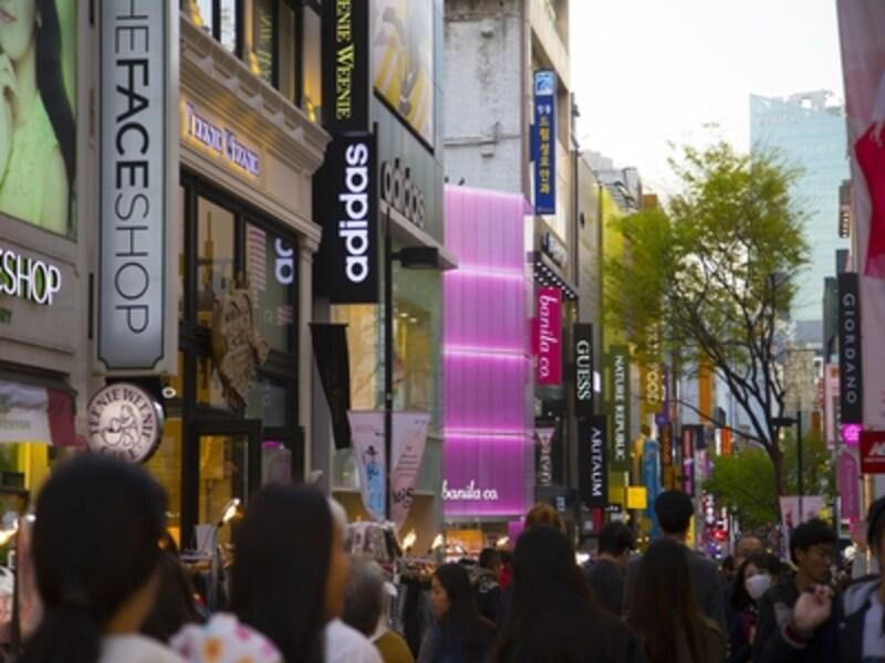 昼も夜もエネルギッシュな街、明洞。流行のグルメもショッピングもここにあります