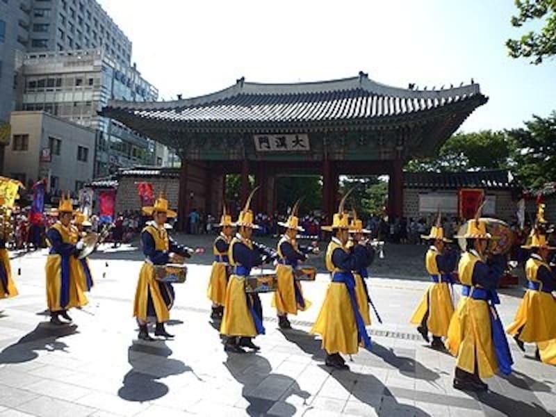 広い公園のような古宮。ソウル広場のすぐ前です。