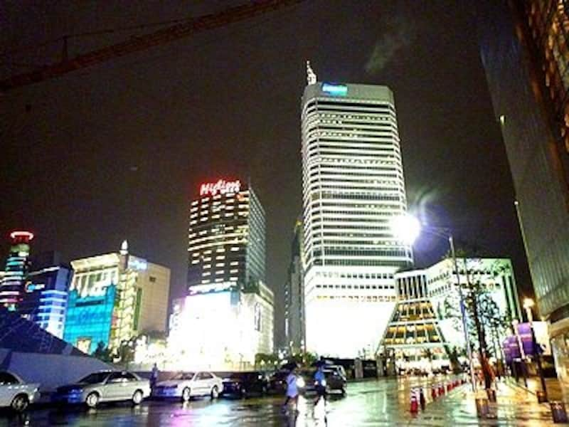 世界中からバイヤーが集まる東大門市場。こんなににぎやかな夜のショッピングスポット、ソウルでしか見られません!