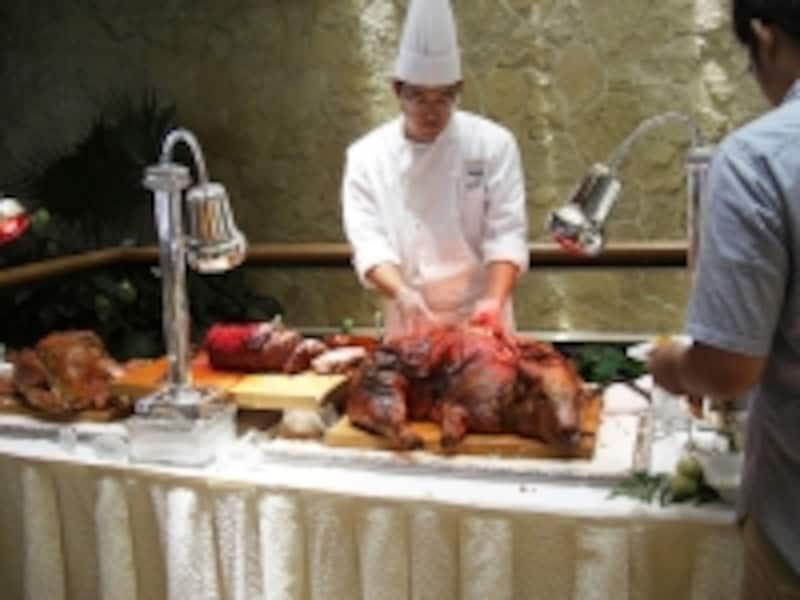 その姿にちょっとビックリな子豚の丸焼きとローストチキン