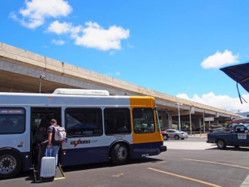 ダラーとアラモは、空港と営業所を巡回するシャトルバスで移動