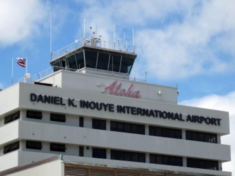 開港時は「ジョン・ロジャース空港」。その後「ホノルル空港」「ホノルル国際空港」へ。「ダニエル・K・イノウエ国際空港」で3度目の名称変更となる