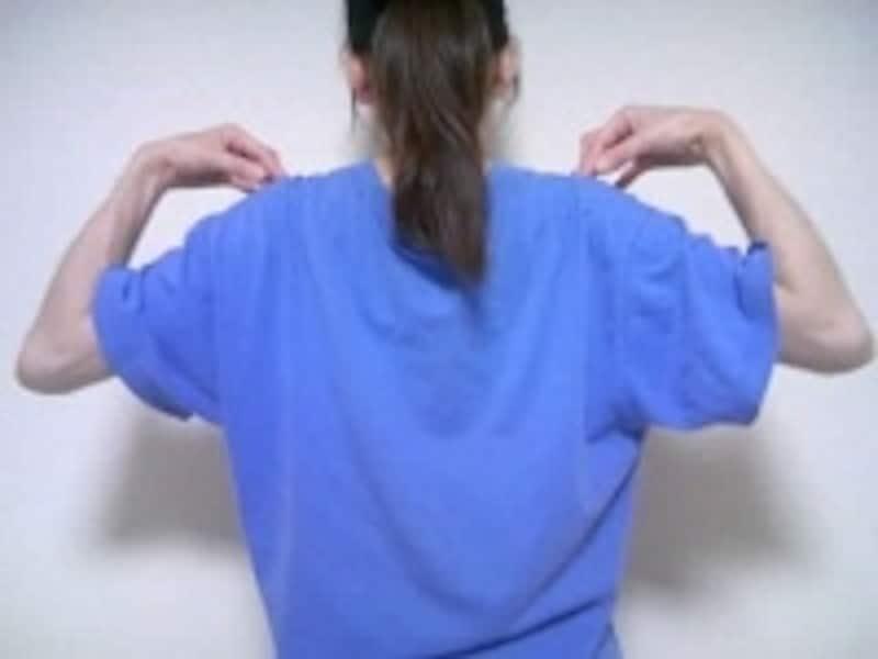 肘をゆっくり大きく回し肩甲骨を動かす意識で