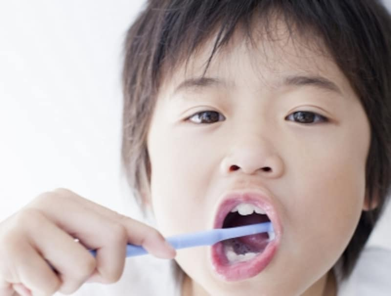歯を磨く少年