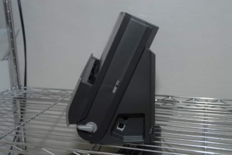 DR-C125の右側面。背面から給紙した書類を前面に排紙する「ラウンド・スキャン」方式を採用している。下部のレバーを下げれば、前面下部に排紙することもできる