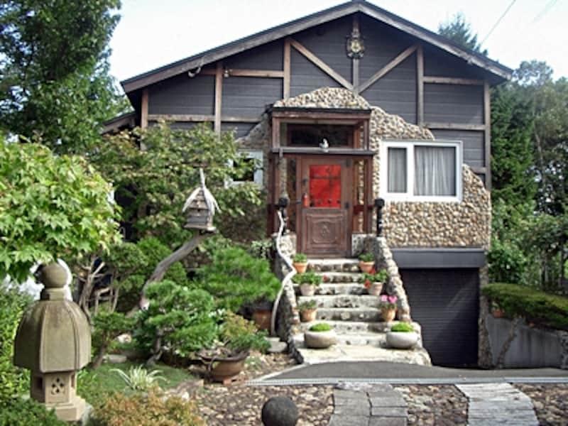 くらの巣の家正面玄関。玄関ドア、石段、壁の石張りからガーデニングまで全てDIYリフォームで作り上げられたもの。