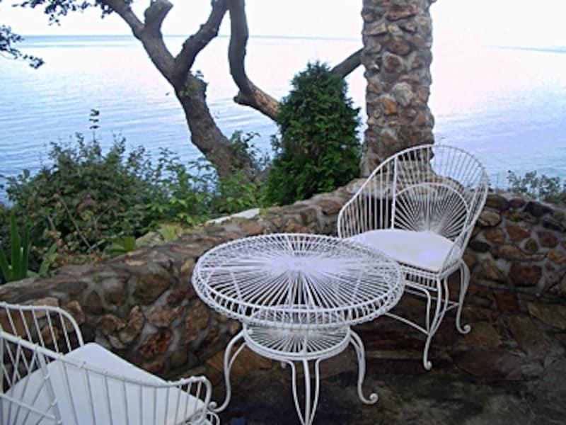 海が見えるカフェコーナー。他にもソファーがあるパーゴラや素晴らしい庭園が続く。