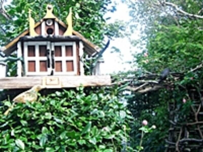 手作りの巣箱には鳥が本当に住んでいる。手作りのアーチには木彫りの鳥たちが。