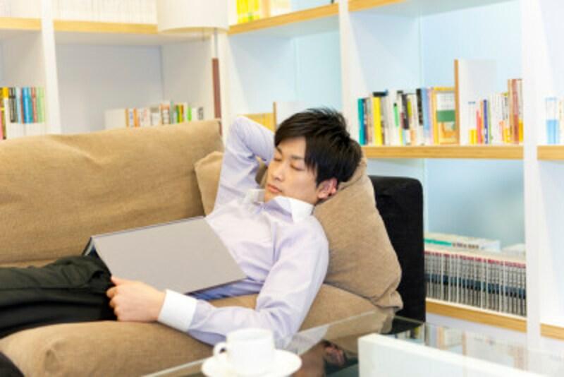 酔っ払って帰宅して、そのままソファで爆睡…最も避けるべき睡眠スタイル。浴槽にゆっくり浸かってリラックスできれば自然に眠くなってくる