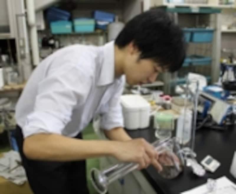 慎重に茶葉に実験温度の水を注いでいるところ