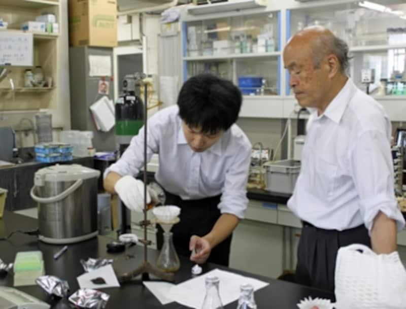 北里大学薬学部undefined生薬学の研究室をお借りして紅茶実験。写真右が冨田先生、左が竹元先生