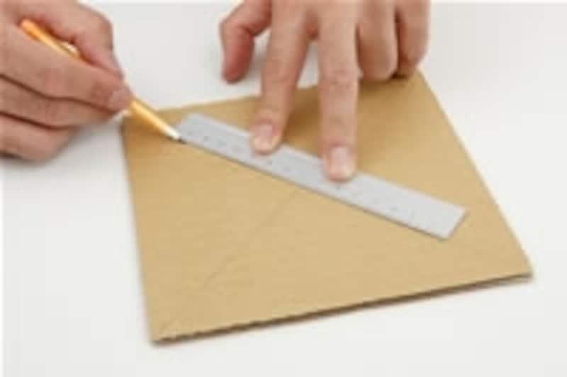 1.ダンボールを10cm四方に切り取ります。(写真では大きく作っています)