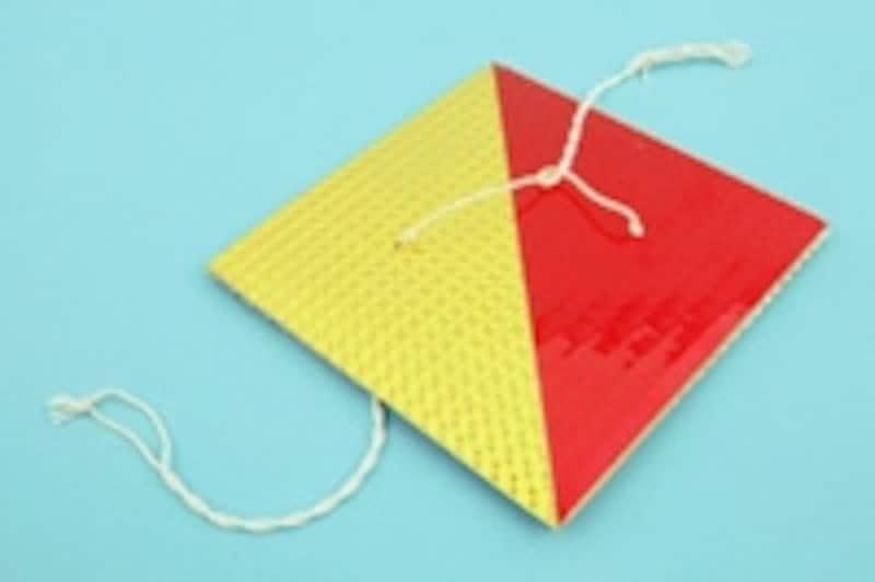 左右のタコ糸の端をつまんで、10数回コマを回転させ、タコ糸をよくねじります。よくねじれたらタコ糸を左右に引っ張り、コマを回転させます。タコ糸が伸びきる前に力を緩めると、コマが逆に回転を始めタコ糸がねじれます。左右に引っ張るとまた回転します。これをタイミング良く繰り返せば、びゅんびゅんという音とともに勢いよく回転を続けます。