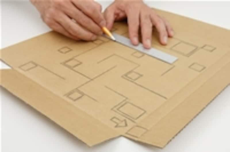 1.高さ8cmくらいの枠箱が作れるようなダンボール紙を用意し、そこに鉛筆で迷路を描きます。所々に落とし穴も用意しましょう。スタートとゴールの穴も忘れずに。まだ枠箱は組み立てません。