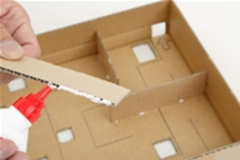 5.3で切っておいた壁を、所定の位置にボンドで固定すれば完成!