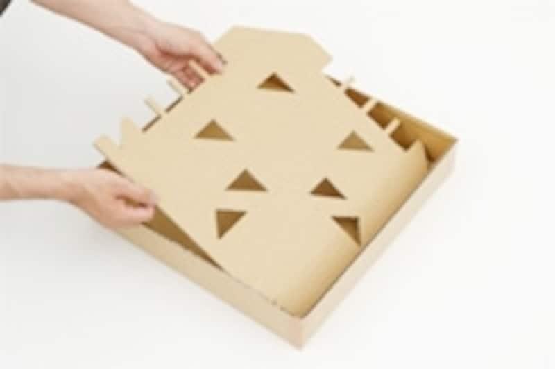 1.ダンボール箱の側面を利用し、深さ10cm程度、一辺40cm程度の正方形の枠箱を作ります。もう一方の側面を利用して、枠箱にちょうど納まる中敷きを作ります。中敷きにはホームランやヒット、アウトなどとなる場所を決めて切り抜いておきます。白い紙やビニールテープ、修正テープを利用してベースやラインを引いておきましょう。
