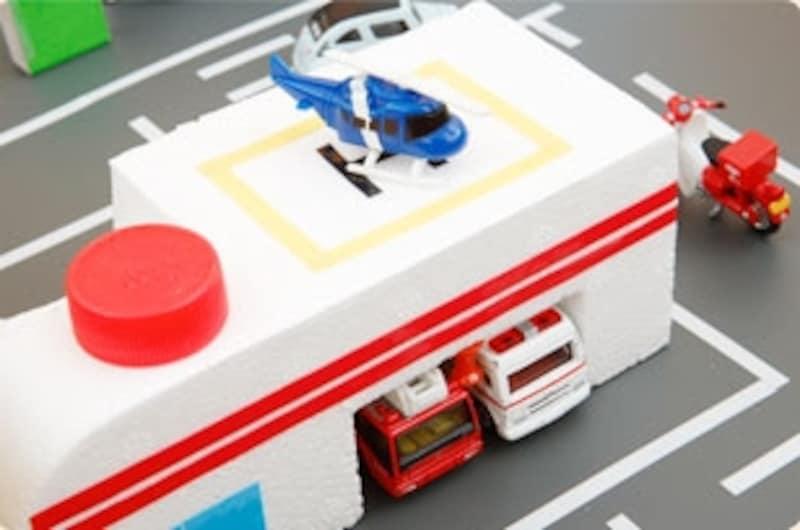 ※ダンボール工作「ミニカータウン」完成品サンプルではグレーのビニールシートを利用し、よりリアルにしてみました。道路の白い線はビニールテープを細く切って利用しています。