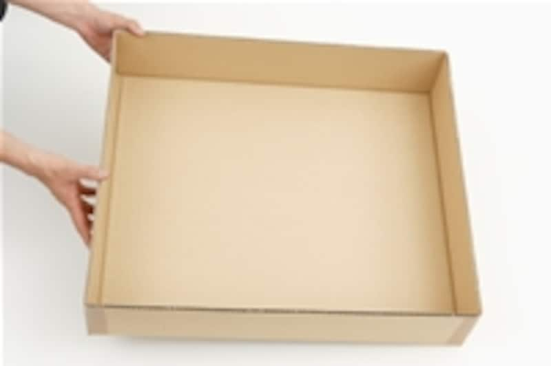 1.大きめのダンボール箱の側面を利用して深さ15cmくらいの枠箱を作ります。