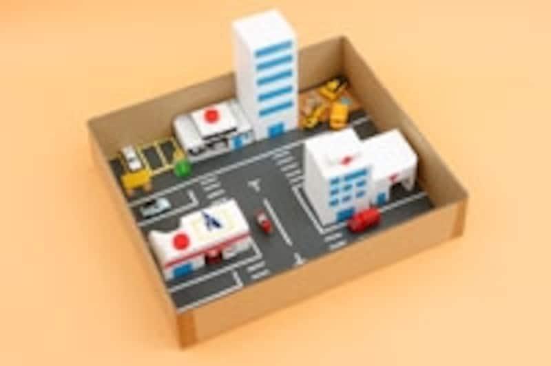 「あっ!郵便局に強盗が入った!パトカー出動!」とか、「マンションで火災発生!消防車、救急車至急現場へ!」などとストーリーを考えながらミニカーを操作しましょう。最初はシンプルなミニカータウンでも信号機や横断歩道などを少しずつ追加して、街を発展させていくと長く楽しめます。