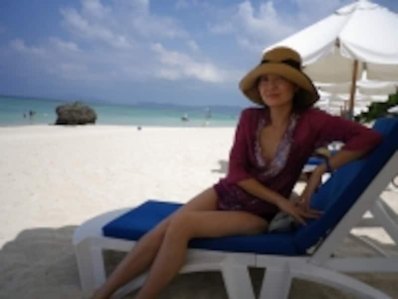 クラブメッド石垣島のプライベートビーチでリラックスするエリカさん