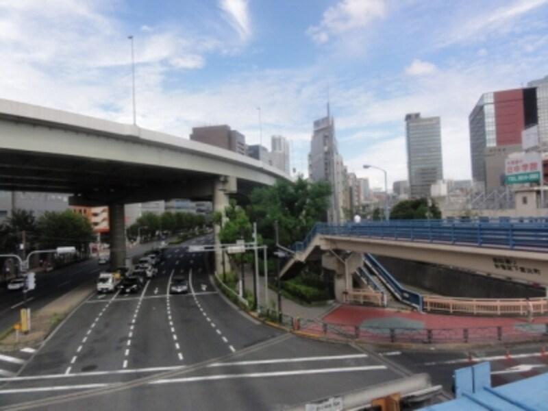 この付近で神田川は外堀通りと合流している。