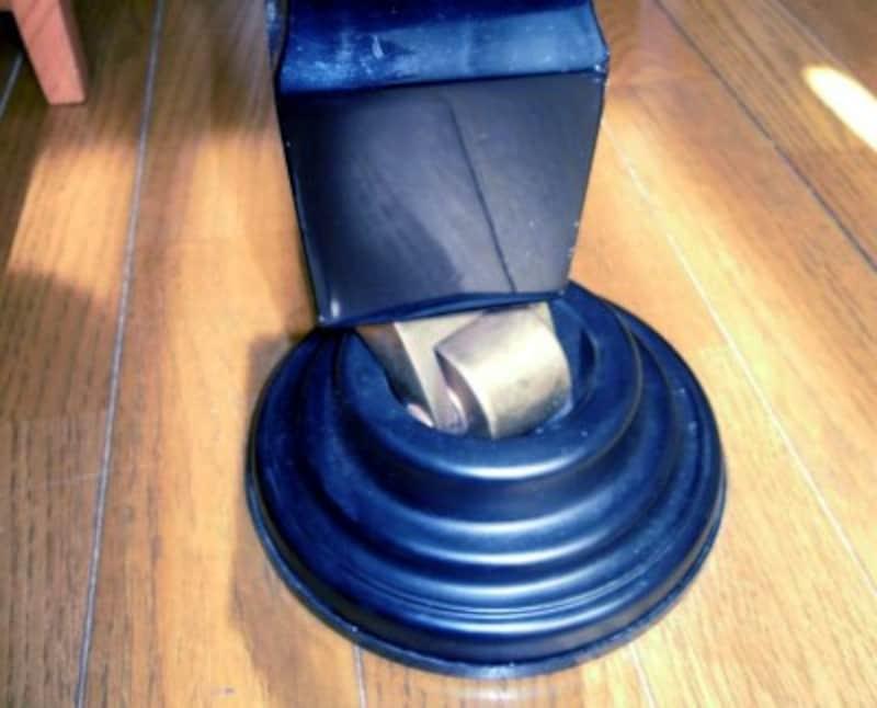 【写真1】グランドピアノの脚にゴム製のインシュレーターを取りつけた例。脱輪を防ぐために安全ベルト付がおススメ。アマゾンでも購入可能です。