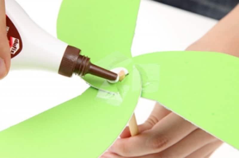 8.竹串をボンドで固定する