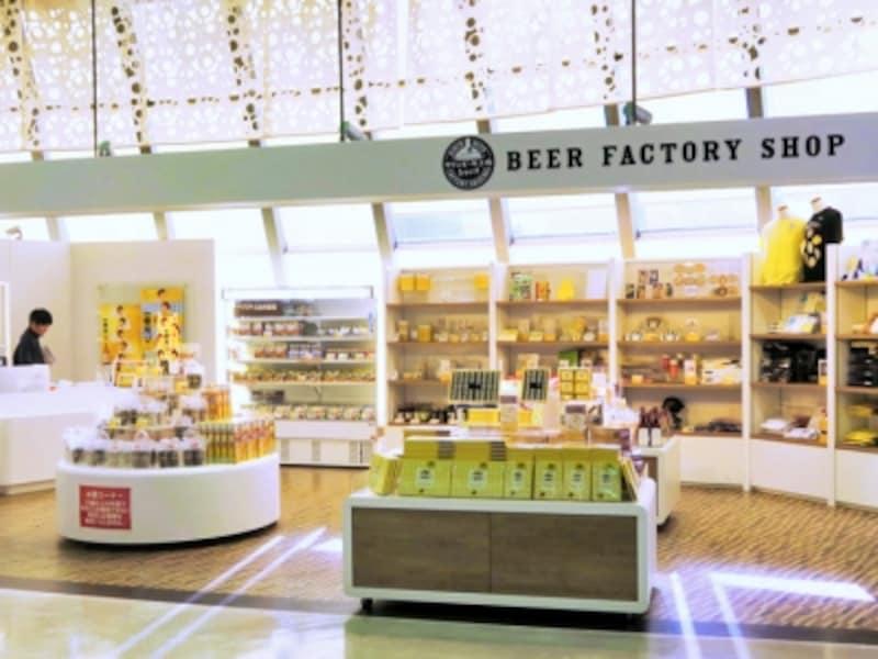 工場内のショップではここだけの限定グッズがいろいろ。試飲でもらう、おつまみも販売されており、人気です(2016年1月27日撮影)