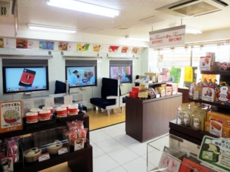 工場入口にある「プチミュージアムショップ」では、ひょうちゃんグッズをはじめ、崎陽軒の商品が購入できます。その場で食べられる「工場できたてアツアツメニュー」の販売も(2013年10月30日撮影)