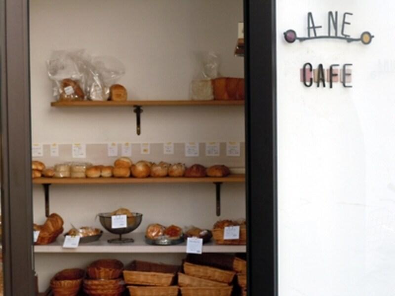 gigiobakery(ジージョベーカリー)のパンが並ぶA-NECAFE(アーネカフェ)入口
