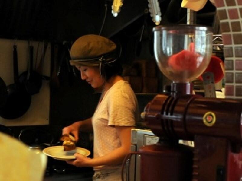 宮本麻紀さん。カフェで調理と接客担当