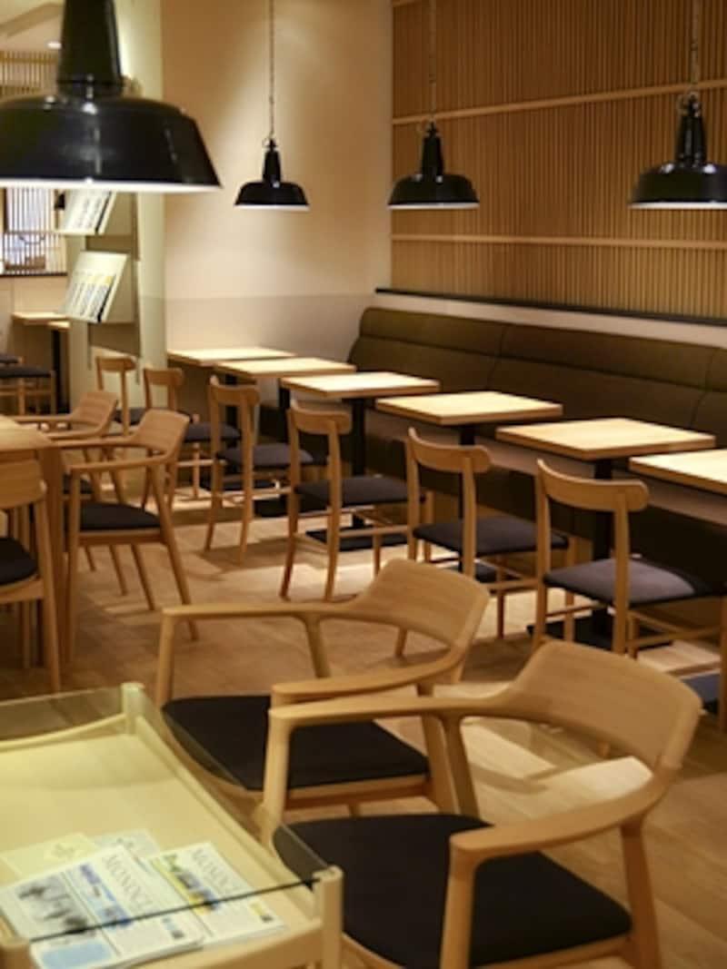 美しい椅子は日本が誇るマルニ製。