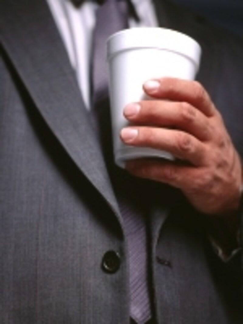 仕事の合間のリフレッシュといえば、コーヒーブレイク。そこに筋肉トレーニングを加えれば、効率が一層アップするはず