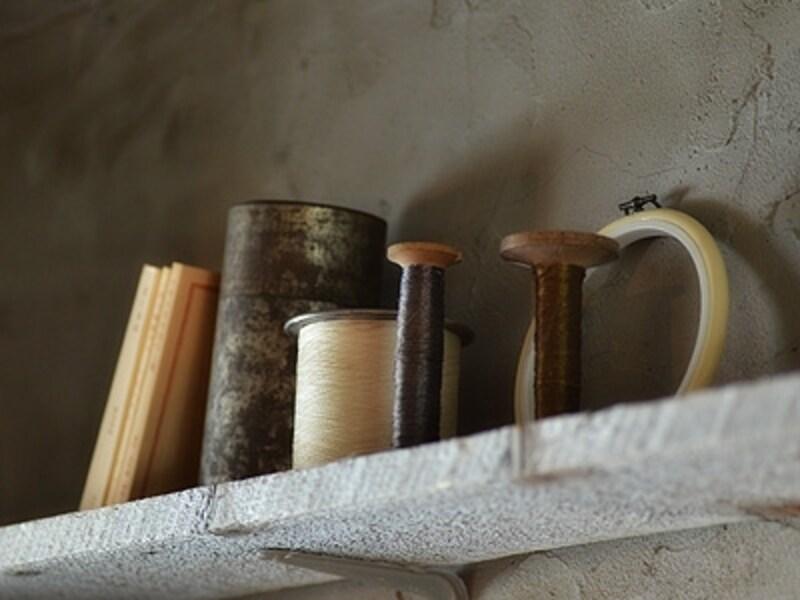 壁の粗い凹凸や、モノたちの錆びた質感も大きな魅力。