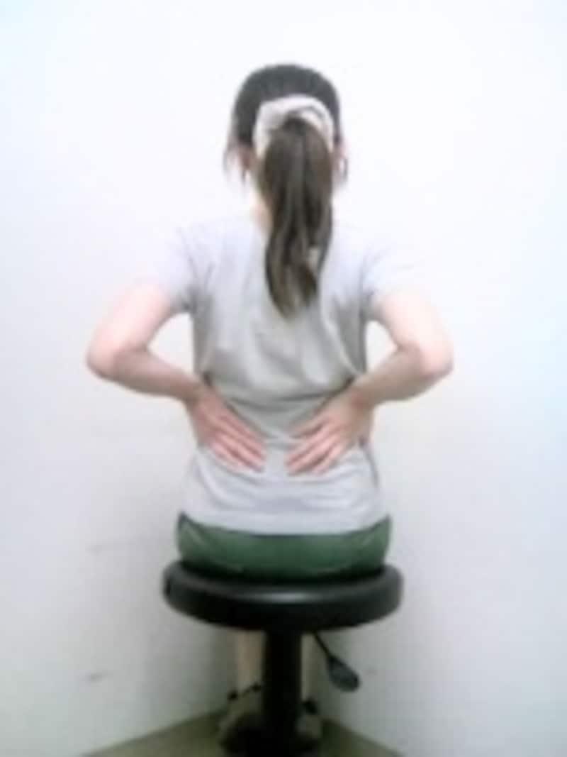 腕の付け根全面や胸の筋肉がストレッチされます