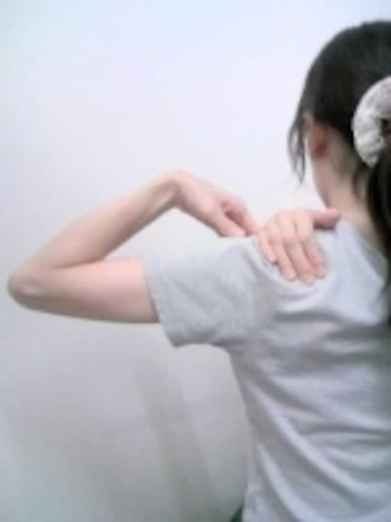 鎖骨に手の平が当たるようにすると指先の位置が安定しやすいです