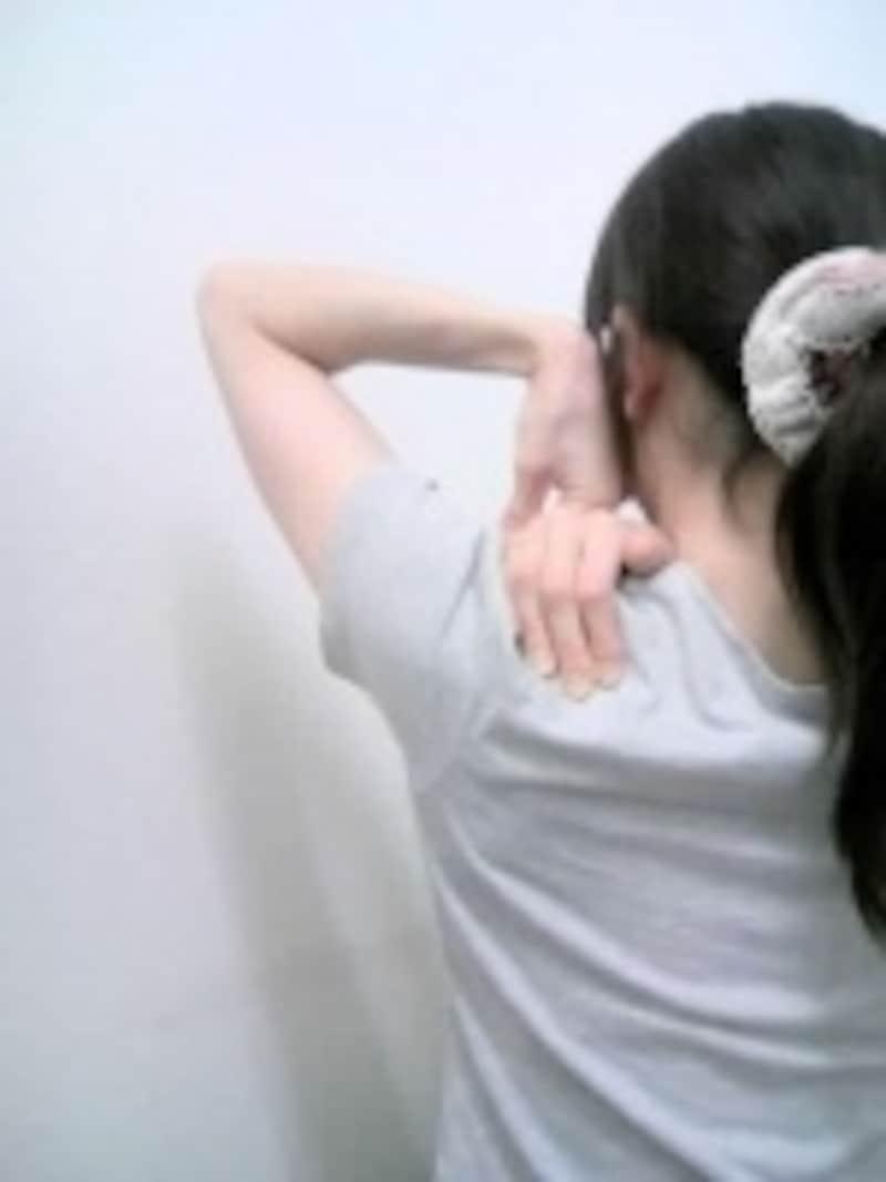 右肩こりが強く、左肩に手をかけている状態がツライ人は控えてください