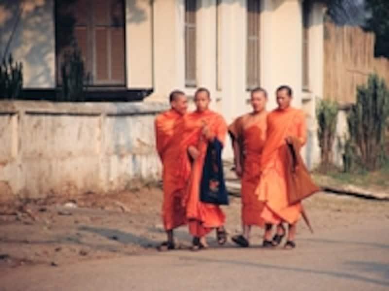 学校に登校する子ども僧