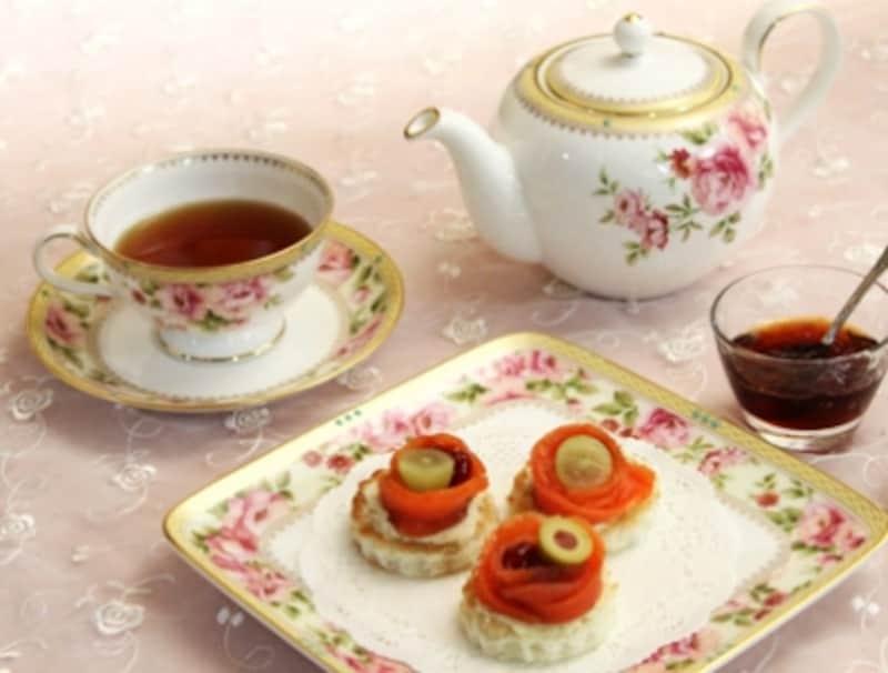 ダージリンやアールグレイなどお好きな紅茶で。食器はノリタケ「ハートフォード」、スクエアプレートは参考商品