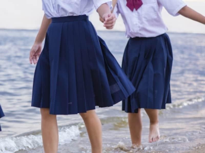 浜で遊ぶ女子中学生