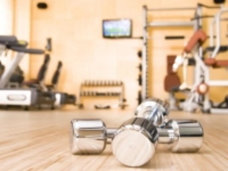 ジムには専門的な器具やマシンが揃っているが、実際必要な器具はほんのわずか。ならば、自宅をジムにして、好きな時間にトレーニングできるメリットを活かそう