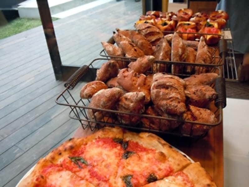 ピッツァやパニーニ、チャバタサンドは次々出来立てが並ぶ
