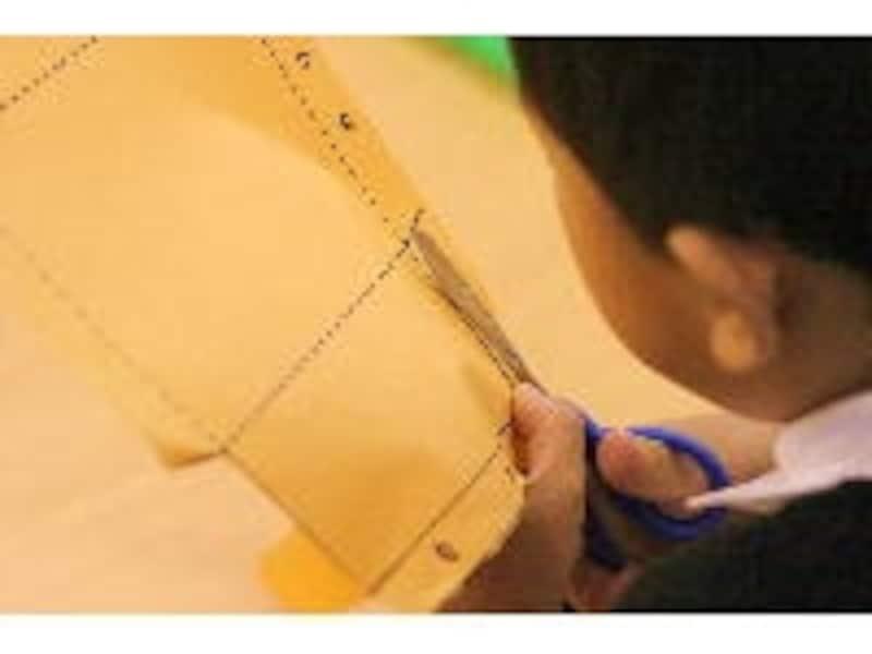 鋏で紙を切る子ども