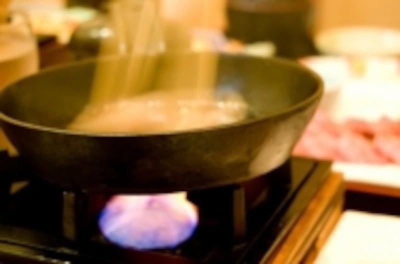 火を消さずにコンロから離れないようにしましょう。
