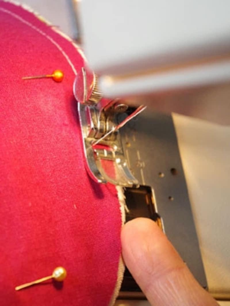 ミシンを使う場合、縫い代からの距離の目安が表示されている