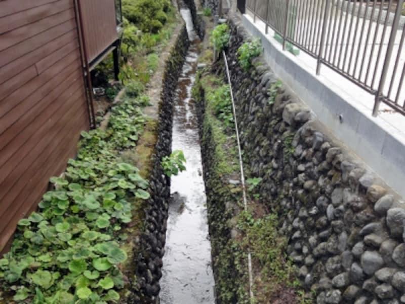 民家の間の古い水路