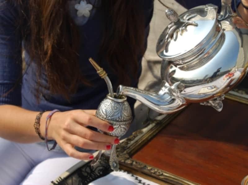茶器にお湯を注ぎ、ボンビージャというストローで飲むのが伝統的