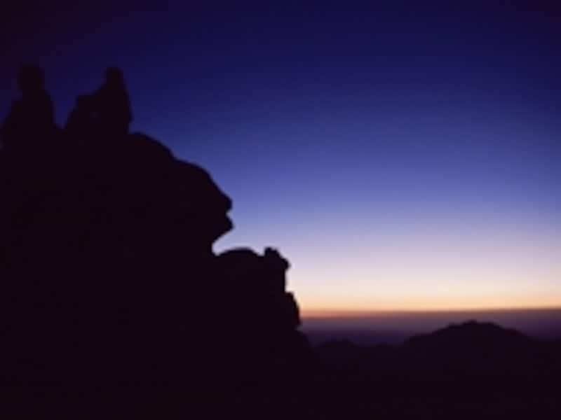 山頂で夜明けを待つ